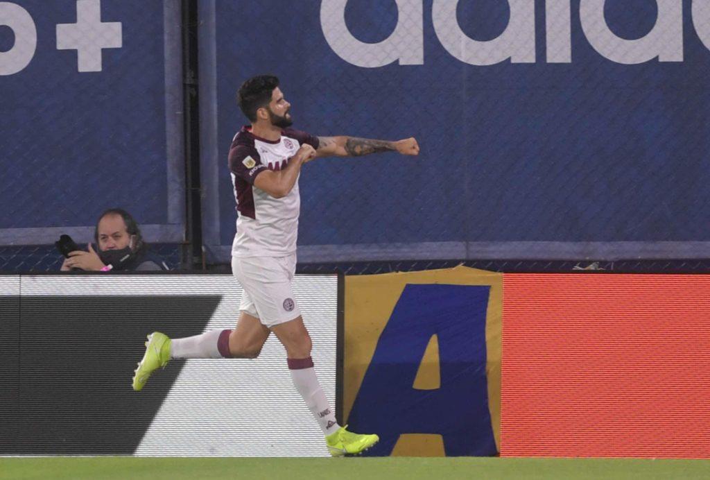 Nicolás Orsini, que firmará con Boca por cuatro años, ya sabe lo que es festejar en la Bombonera: convirtió dos goles en la victoria de Lanús sobre el Xeneize en noviembre de 2020.